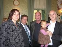 Trotse voorzitter (met kleinkind) samen met enkele parlementairen