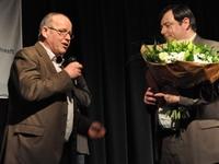 Guido zet Bart in de bloemen